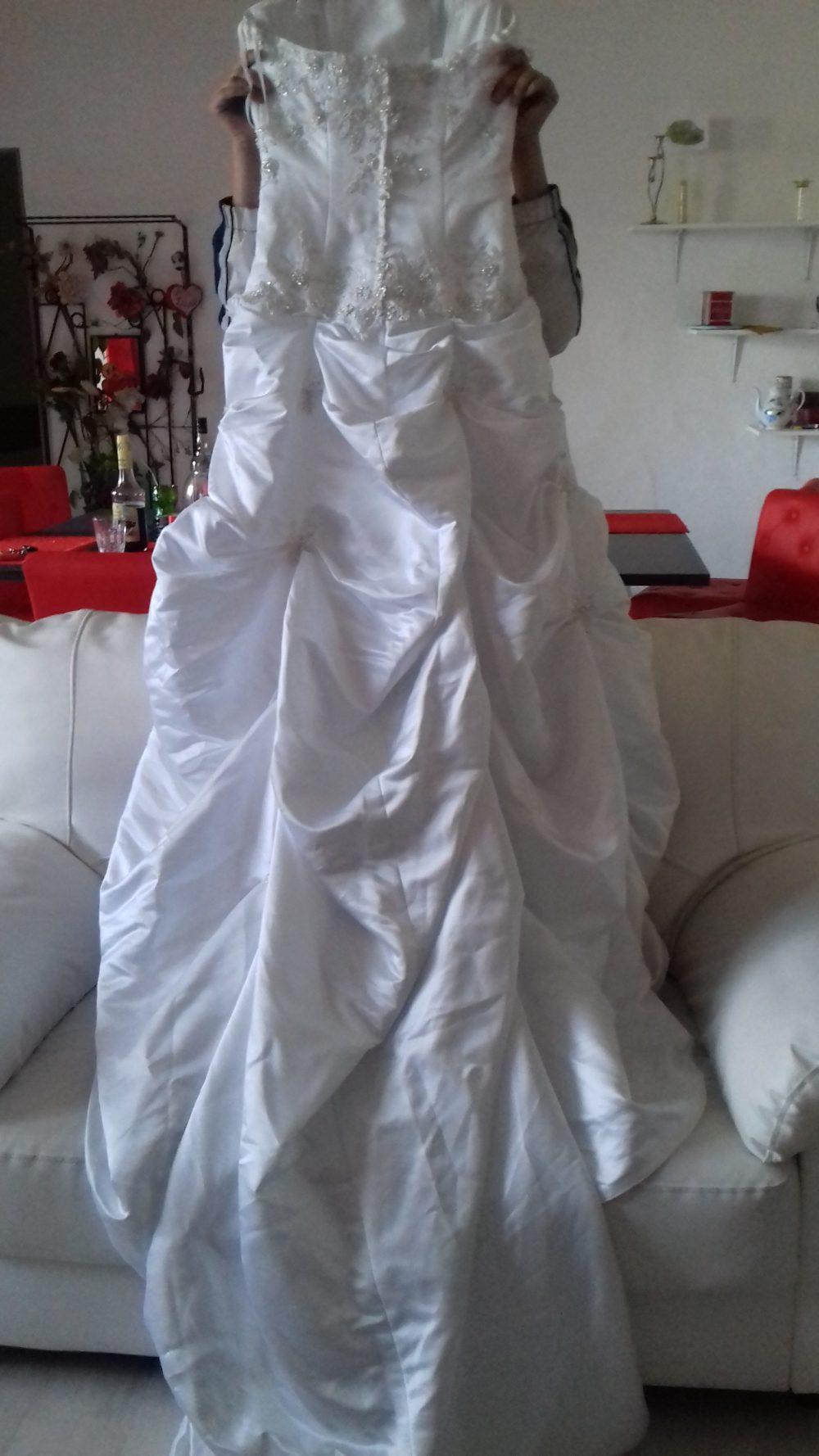 Belle robe de mariée avec strass