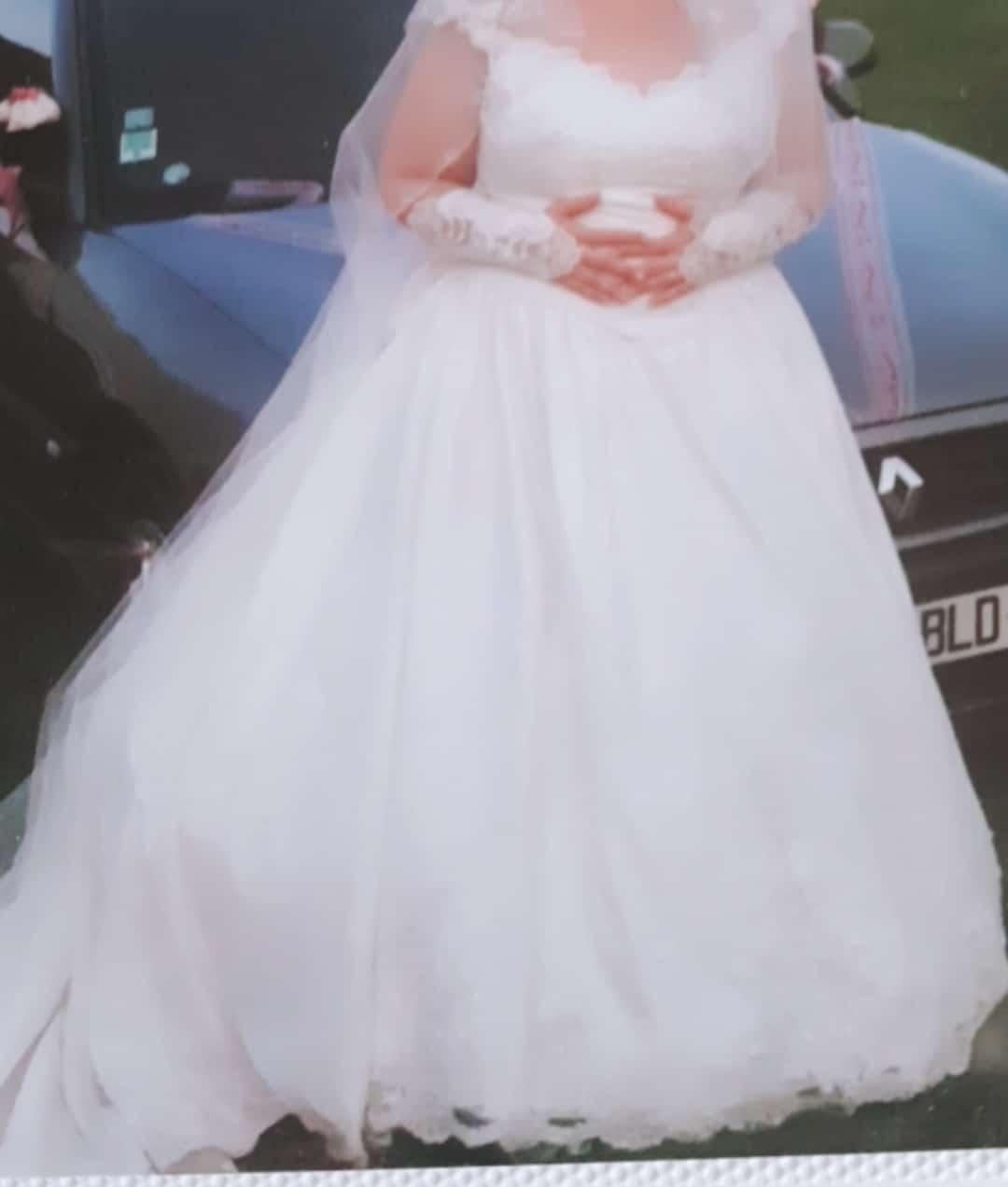 Jolie robe de mariée en dentelle et perles