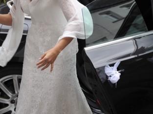 Robe de mariée cintrée, en dentelles et perles, dos dégagé