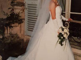 Robe de mariée à traîne couturière + long voile + jupon + gants mitaines