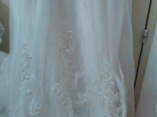 Robe blanche perlée longue traîne et gants longs